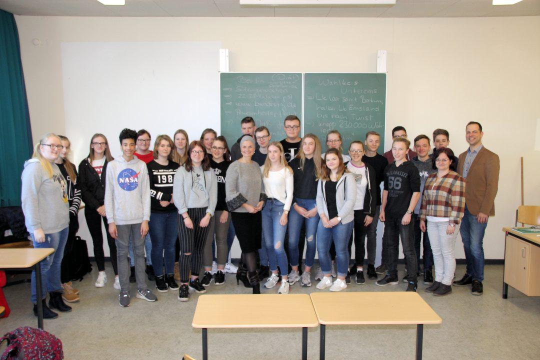 Connemann diskutiert mit Schülerinnen und Schülern an der Kreisrealschule Overledingerland