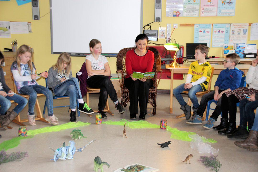 """Bundesweiter Vorlesetag: Dinosauriergeschichte begeistert Kinder Connemann: """"Wer nicht liest, hat es schwerer."""""""
