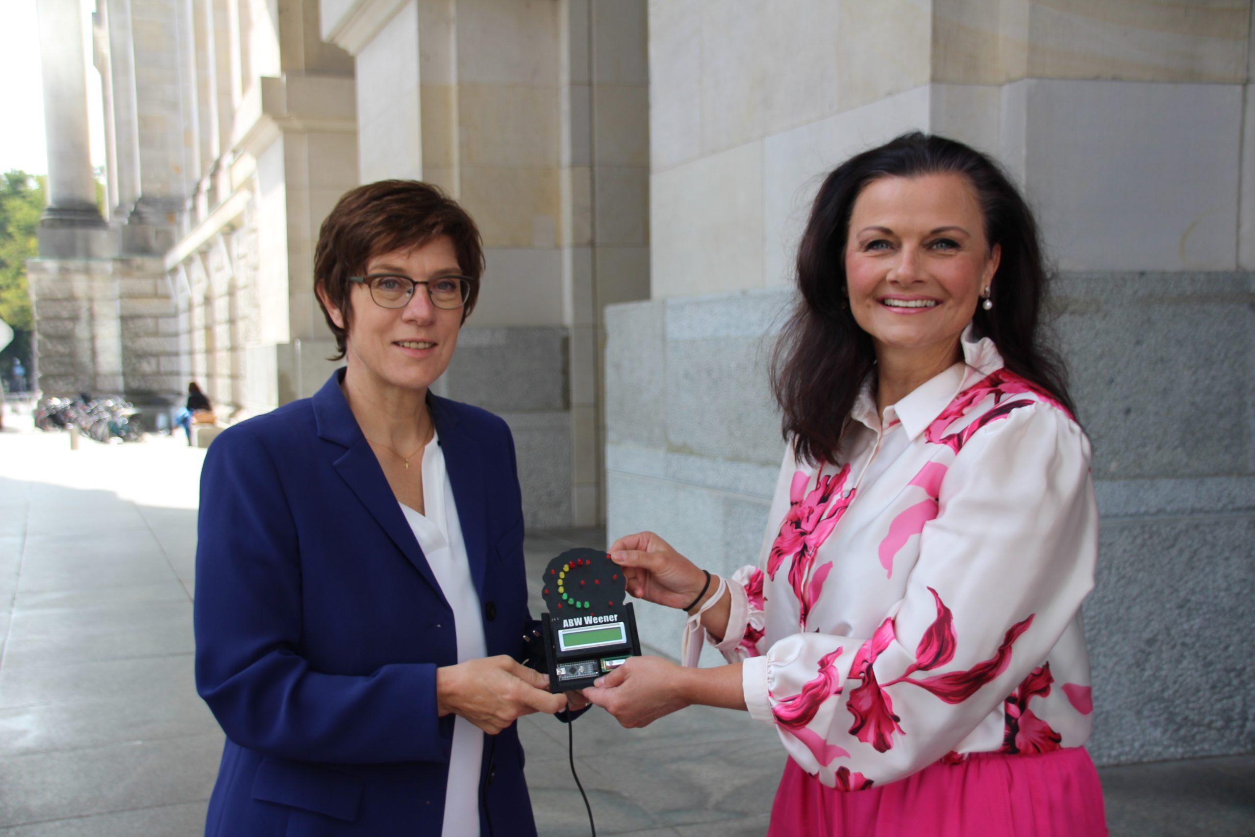 Verteidigungsministerin erhält CO²-Messgerät aus Weener